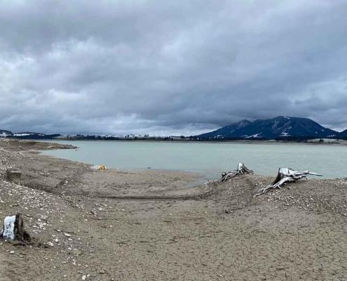 Der Forggensee im Allgäu trockengelegt im Winter